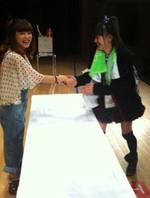 ガキさんと握手する生田